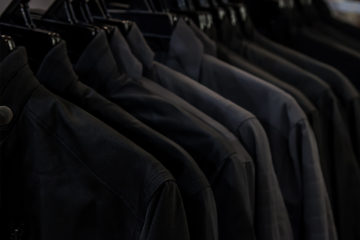 เสื้อเชิ้ตสีดำผู้ชาย